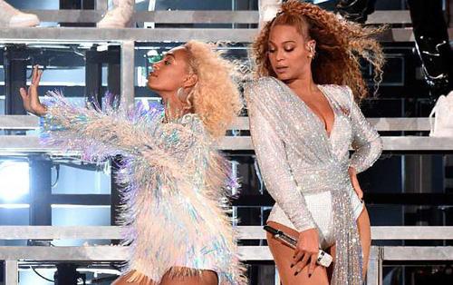 Beyoncé và em gái ngã chổng chân lên trời giữa sân khấu Coachella