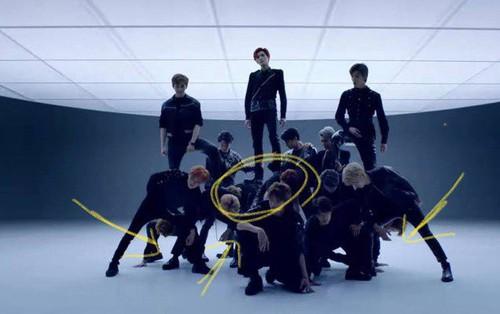 Vừa khỏi thoát vị đĩa đệm, thành viên NCT đã phải quỳ xuống cho thành viên khác đứng lên lưng