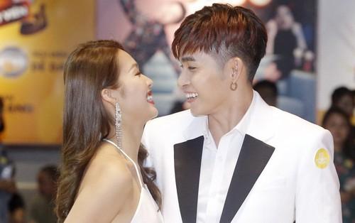"""Vừa tổ chức xong """"đám cưới"""", Khả Ngân và Jun Phạm dính nhau như sam trên thảm đỏ"""