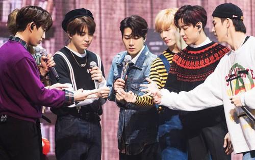 """GOT7 khiến fan """"sôi sùng sục"""" với clip nhá hàng cực chất cho World Tour"""