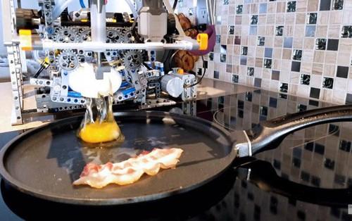 Thấy bố vất vả chuẩn bị bữa sáng, YouTuber xây dựng luôn robot LEGO biết nấu ăn chuyên món trứng ốp la