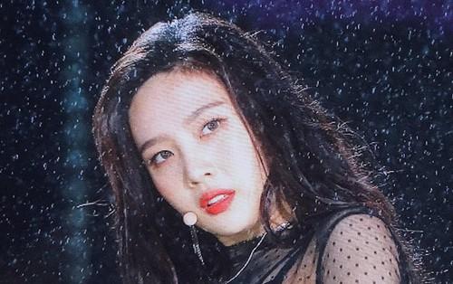 """Sau 1 tháng """"bỏ bê"""" Red Velvet, Joy hóa """"em gái mưa"""" hớp hồn fan trên sân khấu Dream Concert"""