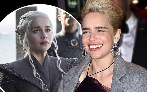 """""""Mẹ Rồng"""" Emilia Clarke """"nổi sùng"""" khi các chị em trên phim được khen là mạnh mẽ"""