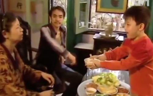 Clip: Vừa cười vừa tội thay chú bé này vì mời cơm thôi mà còn khổ hơn Đường Tăng đi thỉnh kinh!