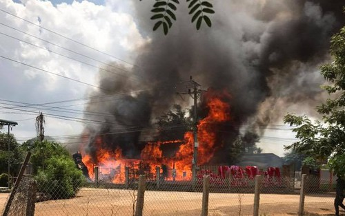 Clip: Cháy lớn ở nhà dân, nhiều tài sản trị giá nửa tỷ bị thiêu rụi