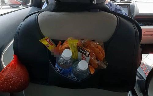 Xôn xao chiếc xe Grabcar đầy ắp sữa, bánh, đồ ăn cho khách hàng dùng miễn phí