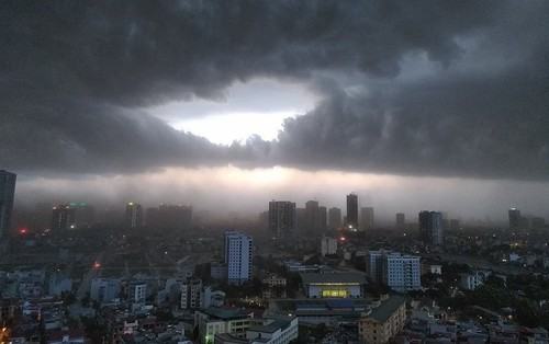Clip: Hà Nội đón cơn mưa dông lớn kèm gió to khiến cây cối gãy đổ, đường bụi mù khiến người dân di chuyển vô cùng khó khăn