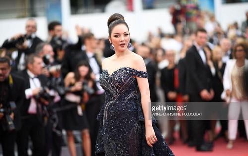 Lý Nhã Kỳ diện váy đính pha lê lấp lánh sánh bước cùng cựu thiên thần Victoria Secret trên thảm đỏ Cannes