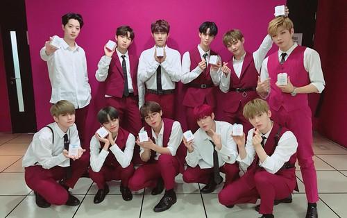 Wanna One ôm cúp đúng ngày kỉ niệm thành lập nhóm, đánh bật cả đôi BTS và BOL4