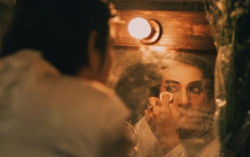 """Bạn có nhận ra đây là Isaac đang hoạ mặt làm kép chính trong phim về tuồng cổ """"Song Lang""""?"""