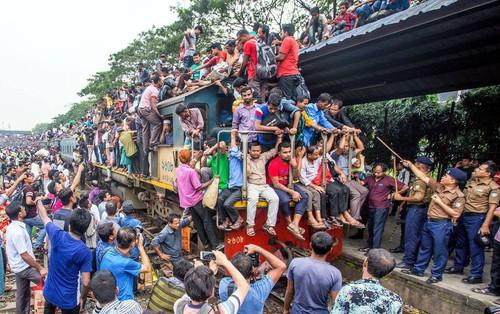 Hàng ngàn người Bangladesh chen chúc nhau ngồi lên nóc tàu để trở về nhà trong dịp nghỉ lễ