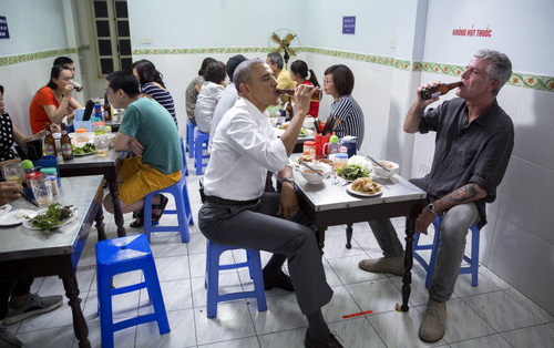 Cựu tổng thống Mỹ Obama đăng tải hình ảnh ăn bún chả ở Việt Nam, bày tỏ thương tiếc tới Anthony Bourdain qua đời