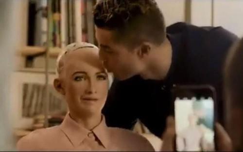 Hóa ra robot Sophia từng được Cristiano Ronaldo hôn và chụp ảnh cho tạp chí lớn nhất thế giới