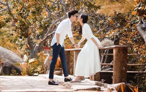 Tú Anh và hôn phu thiếu gia diện đồ đôi, nắm tay nhau hạnh phúc trước ngày cưới