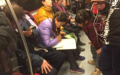 Hình ảnh nữ sinh Trung Quốc cặm cụi học bài trên tàu điện ngầm: Còn nơi nào áp lực học tập nặng nề hơn quốc gia này không?