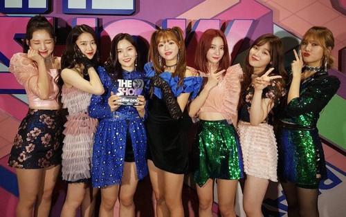 """Oh My Girl """"vượt mặt"""" boygroup nhà CUBE và đàn anh của Infinite giành cúp, netizen bất bình không phục"""