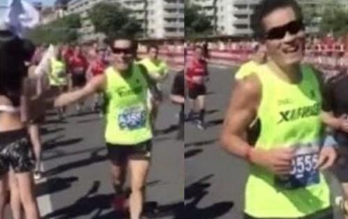 """Vận động viên tham gia Marathon Bắc Kinh 2018 hóa """"yêu râu xanh"""" khi ngang nhiên sàm sỡ một cô gái ngay trên đường chạy"""