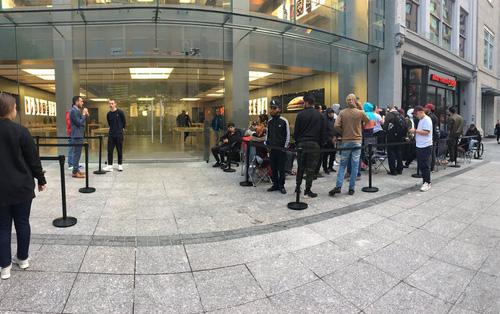 Apple ỉu xìu vì lèo tèo khách mua iPhone XS, có nơi chỉ 12 người thèm đợi cửa ngày mở bán
