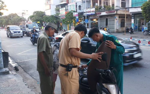 Cô gái đi xe máy tay ga rời khỏi hiện trường sau va chạm khiến 1 người chết ở Sài Gòn