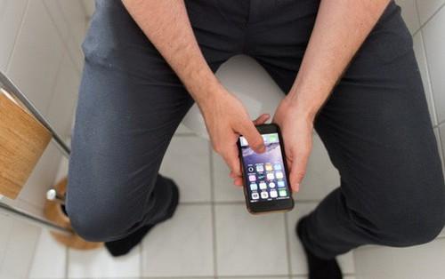 Đàn ông Anh phải trốn vào WC chơi smartphone khoảng 7 giờ/năm vì... stress quá