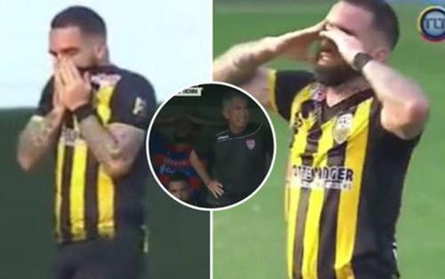 Ghi bàn thắng đẹp ai cũng vui nhưng cầu thủ này lại suy sụp, ôm mặt khóc nức nở và đây là sự thật nghiệt ngã đằng sau