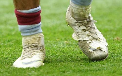 Tiết kiệm như anh chàng cầu thủ này, kiếm gần 5 tỷ VNĐ mỗi tháng vẫn đi đôi giày