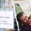 """Tấm bảng """"Chó là bạn, không phải thức ăn"""" của người đàn ông 20 năm bầu bạn với những chú chó ngoài đường phố Sài Gòn"""