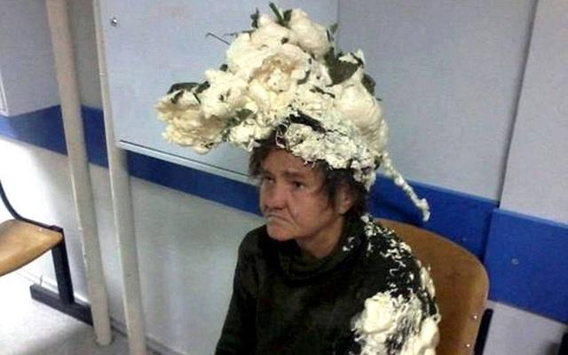 Tưởng là keo bọt, người phụ nữ vuốt nhầm keo xây dựng lên đầu, lúc sau tóc cô bú dù như tổ chim