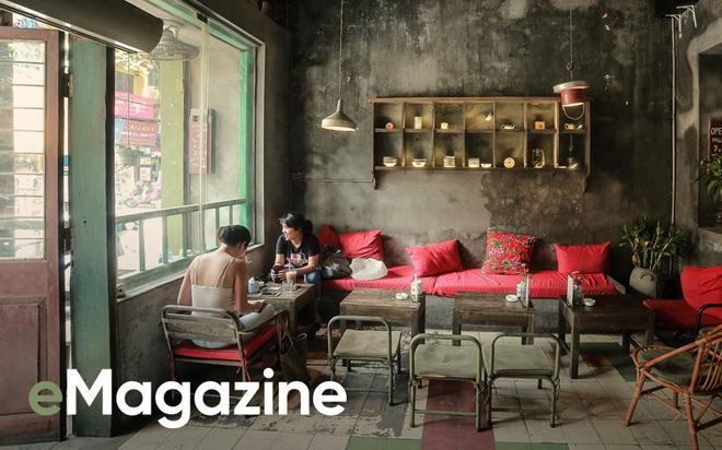 Bạn từ xa ghé Hà Nội, tôi thường dắt đến Cộng Cà phê như một nơi phải tới