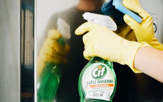 Đang đi chơi thì túi xách bị bẩn: Xem sản phẩm này giải quyết chuyện đó dễ như thế nào!