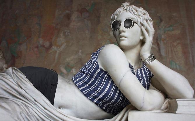 Mặc quần áo thời thượng cho các bức tượng cổ trăm tuổi