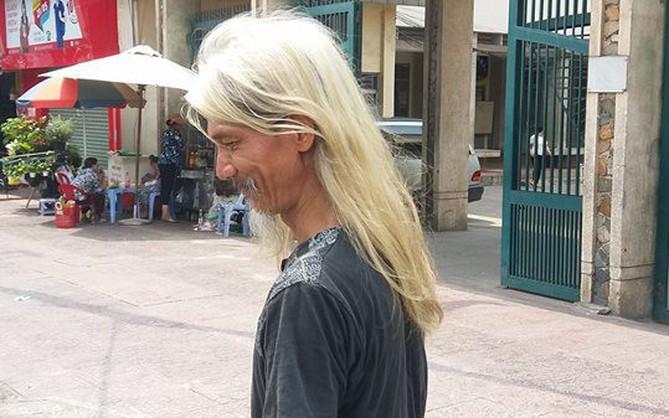 Ông cụ có mái tóc dài bạc phơ như bước ra từ MV Lạc Trôi của ca sĩ Sơn Tùng M-TP