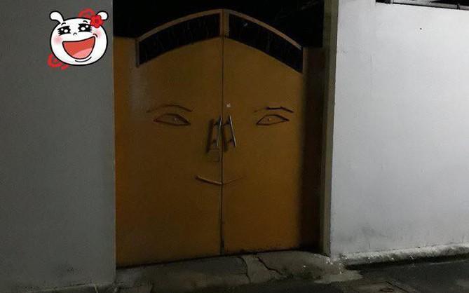 Góc hết hồn: Cánh cửa vàng gây ám ảnh sâu sắc đến hàng xóm láng giềng và cư dân mạng