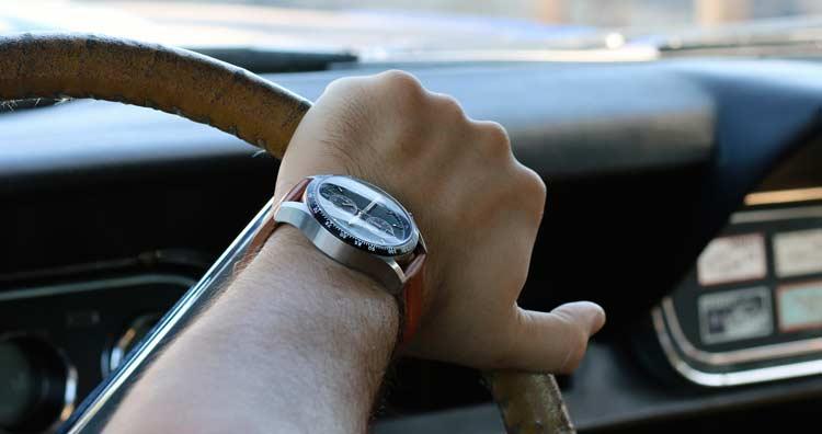 Đồng hồ đeo tay giá rẻ dành cho dân mê xe đua - Ảnh 3.