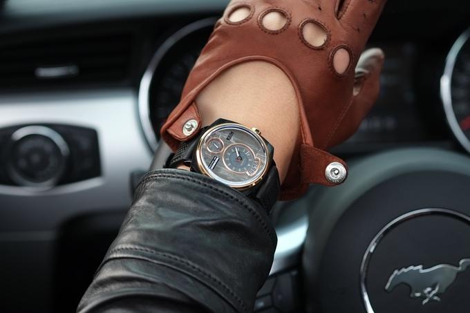 Đồng hồ lịch lãm được làm từ vỏ xe hơi Mustang cổ - Ảnh 2.