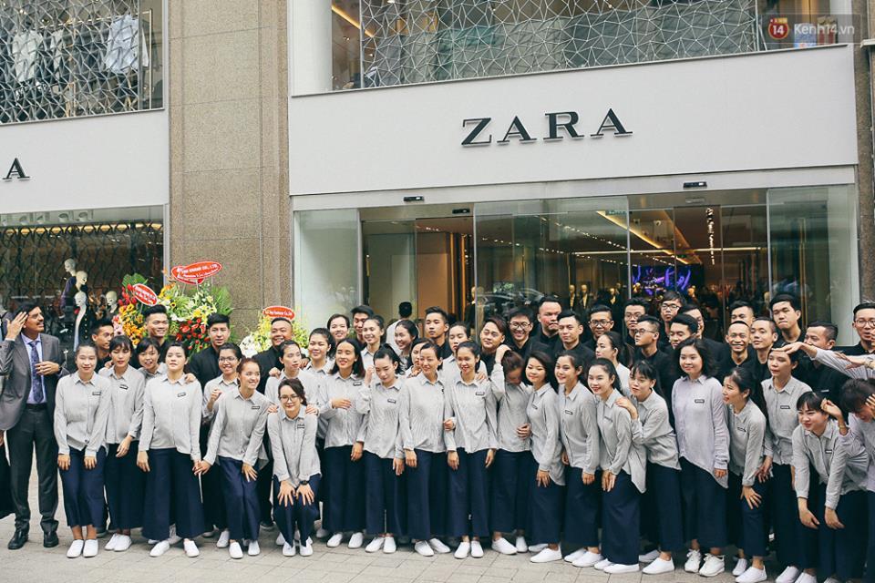 Đồng phục nhân viên Zara Việt Nam mới mẻ hơn hẳn so với mẫu đồng phục đen trên toàn thế giới - Ảnh 1.