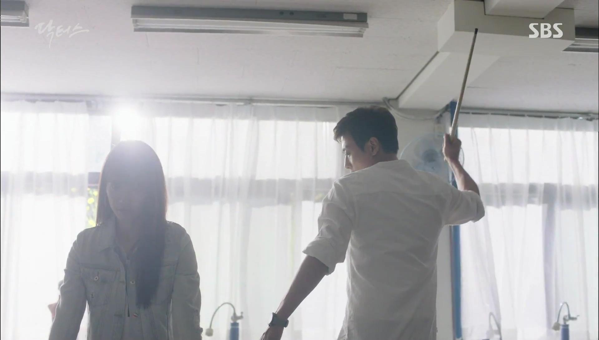 """""""Doctors"""": Kim Rae Won có thật sự cho Park Shin Hye ăn roi mây? - Ảnh 1."""