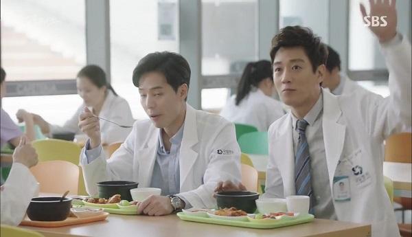 """""""Doctors"""": Vừa từ chối Lee Sung Kyung, Yoon Kyun Sang đã bị bà cô cưa cẩm - Ảnh 6."""