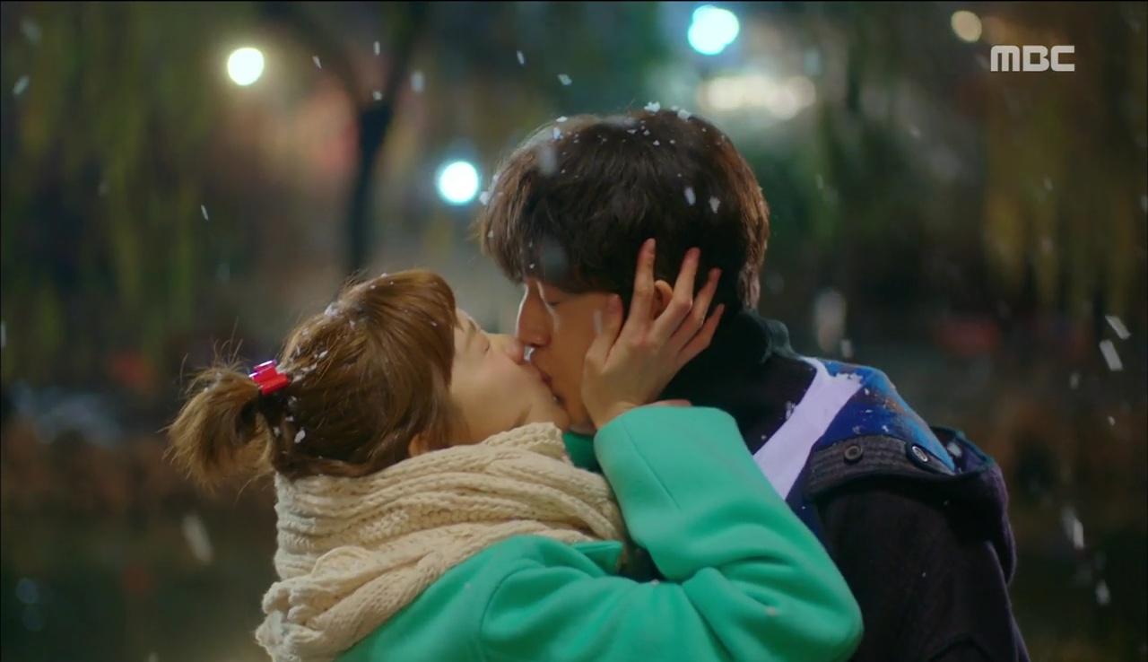 """""""Tiên Nữ Cử Tạ"""": Fan phát rồ với nụ hôn liên hoàn dưới tuyết của cặp đôi Joo Hyuk – Sung Kyung - Ảnh 4."""