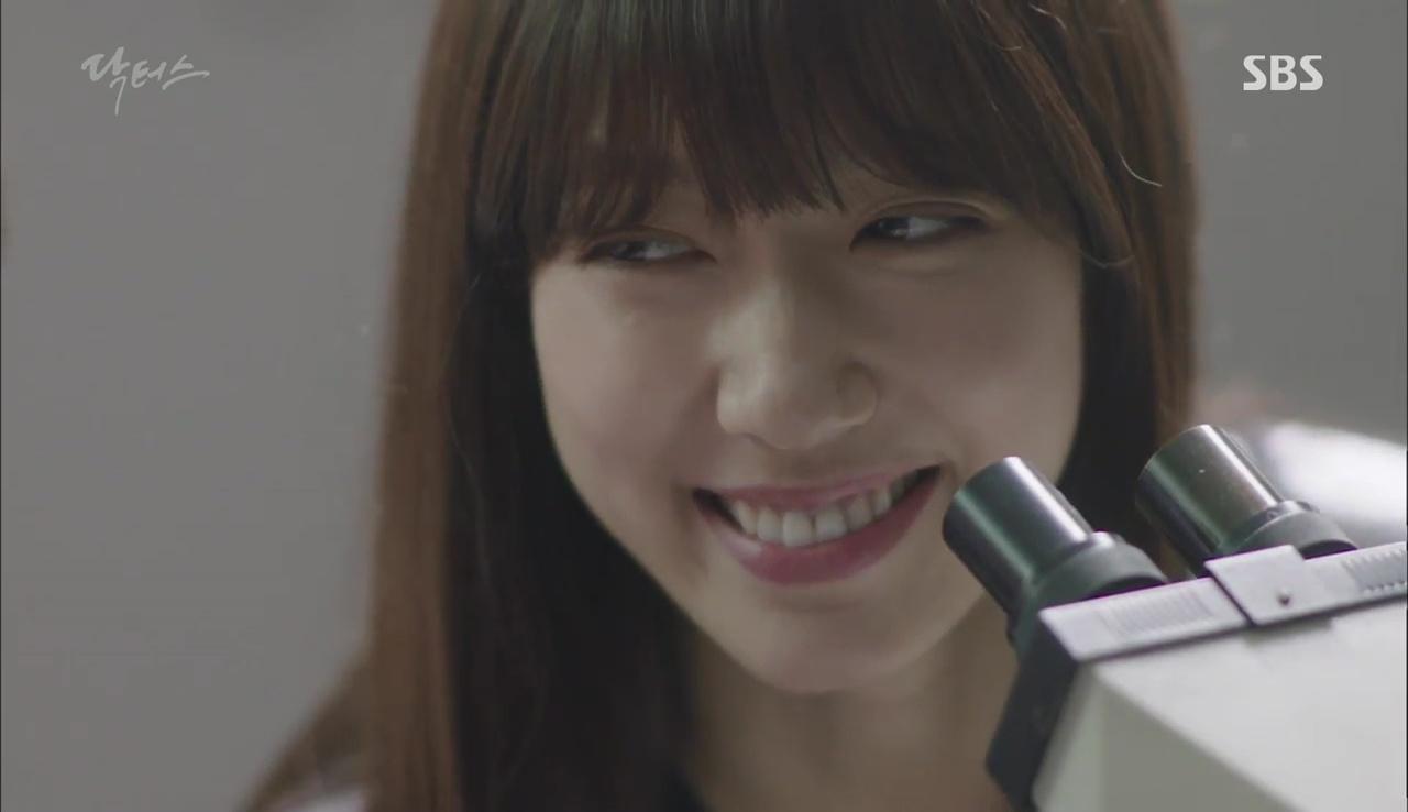 """""""Doctors"""": Lee Sung Kyung phát ghen với Park Shin Hye vì bạn được thầy khen - Ảnh 8."""
