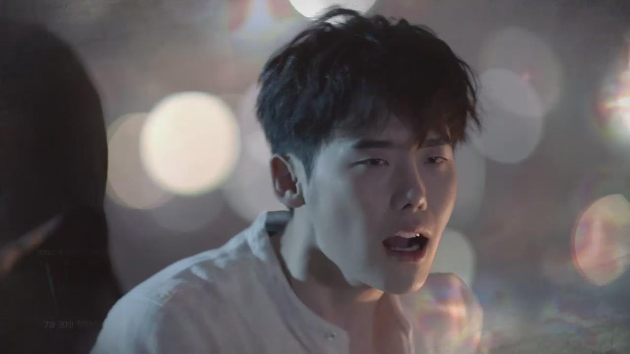"""W – Two Worlds"""": Diện sơ mi đen, Lee Jong Suk """"cưỡng hôn"""