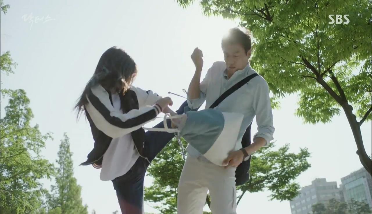 """""""Doctors"""": Kim Rae Won có thật sự cho Park Shin Hye ăn roi mây? - Ảnh 13."""