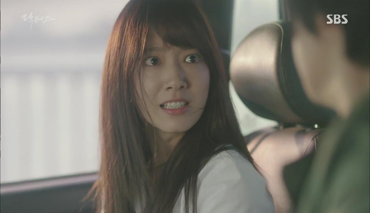 """""""Doctors"""": Kim Rae Won có thật sự cho Park Shin Hye ăn roi mây? - Ảnh 23."""