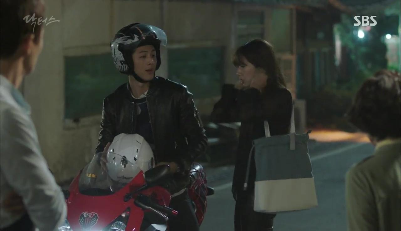 """""""Doctors"""": Kim Rae Won có thật sự cho Park Shin Hye ăn roi mây? - Ảnh 25."""