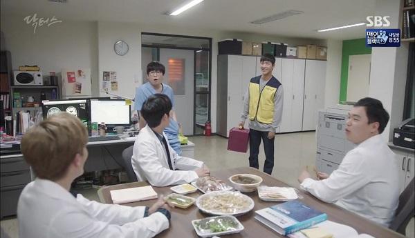 """""""Doctors"""": Vừa từ chối Lee Sung Kyung, Yoon Kyun Sang đã bị bà cô cưa cẩm - Ảnh 30."""