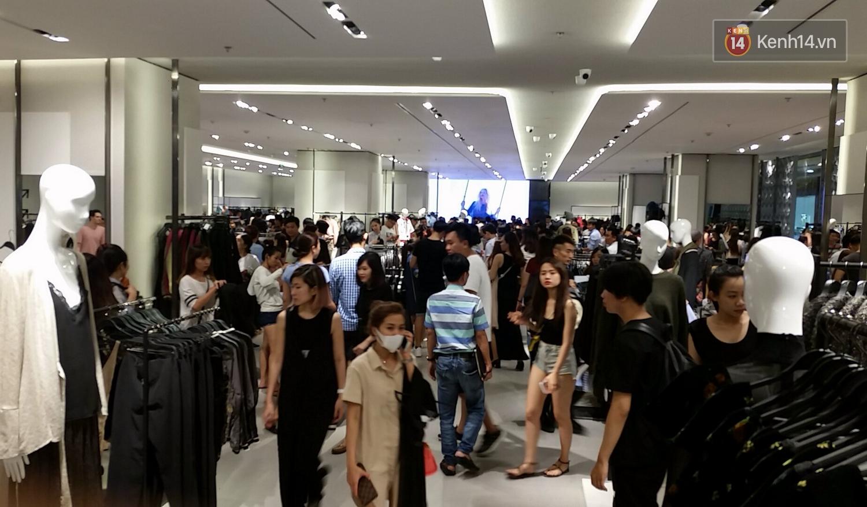 Gần đến giờ đóng cửa, store Zara Việt Nam vẫn đông nghịt, từng hàng dài chờ thanh toán hóa đơn cả chục triệu - Ảnh 16.