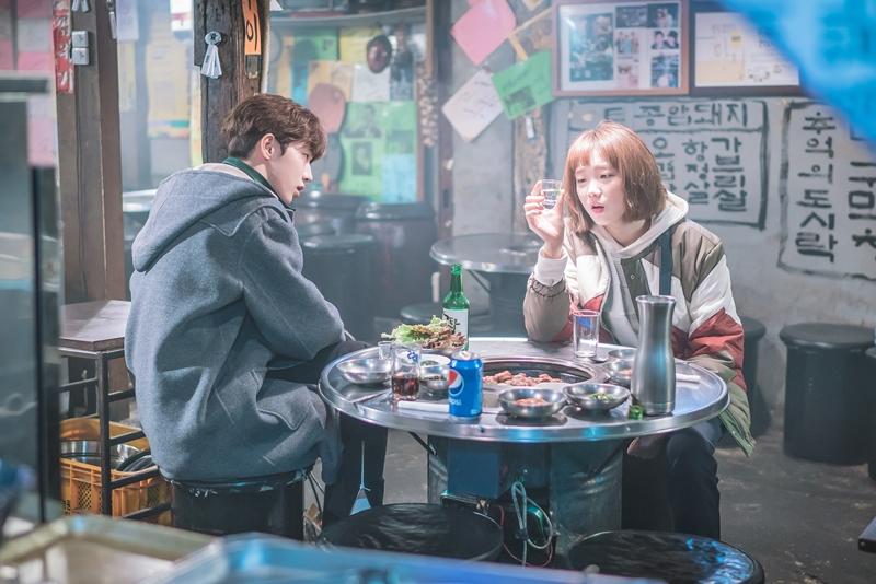 Fan Tiên Nữ Cử Tạ mừng rớt nước mắt trước nụ hôn đầu tiên của cô ngố Kim Bok Joo - Ảnh 2.