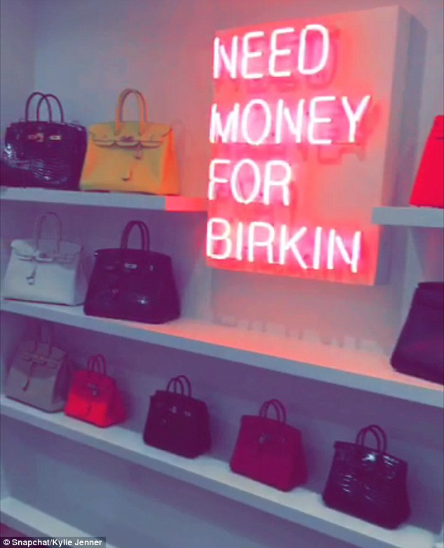 Nếu Kylie Jenner có tủ giày như đại lý thì mẹ cô nàng cũng có cả kệ đầy túi Hermes như cửa hàng - Ảnh 3.