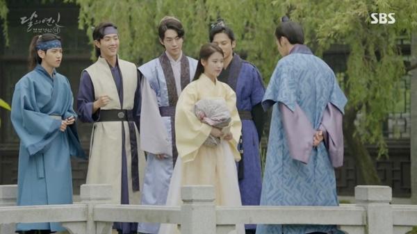 """""""Moon Lovers"""": IU hoá nữ tì vì từ chối làm """"mẹ kế"""" của các hoàng tử - Ảnh 14."""