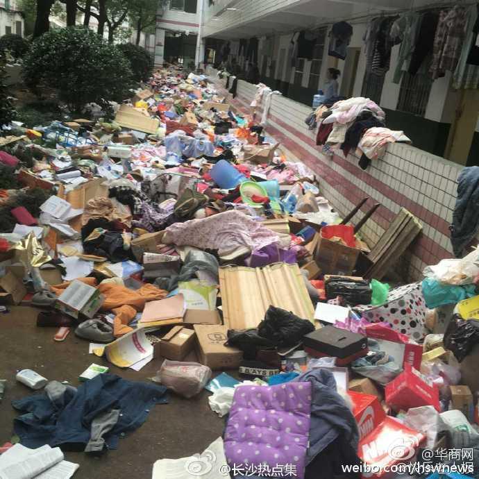 Không thể tin nổi bãi rác này chính là ký túc xá của sinh viên Trung Quốc! - Ảnh 1.